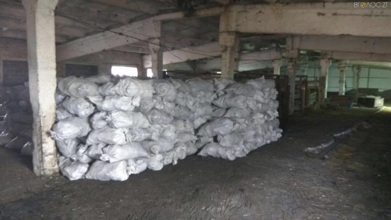 Жінка організувала підпільне виробництво деревного вугілля у Коростенському районі
