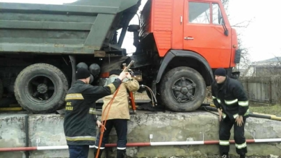 У Новограді кузов вантажівки розчавив водія, який ремонтував її