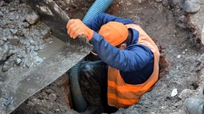 Комунальники Житомира чистять каналізацію після львівських підрядників (ФОТО)