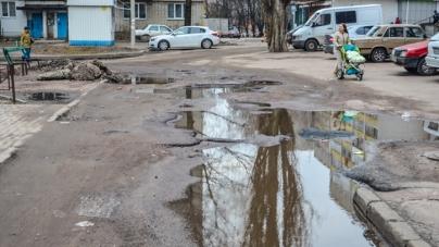 Житомиряни скаржаться на погані тротуари та відсутність урн для сміття