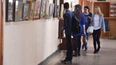 У Житомирі відкрили унікальну виставку малюючих матусь