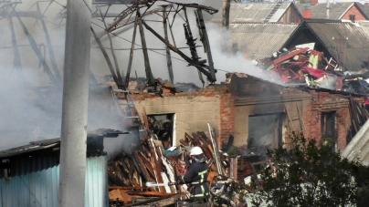 Житомир: 36 вогнеборців та 6 автомобілів гасили пожежу у житловому будинку (ФОТО)
