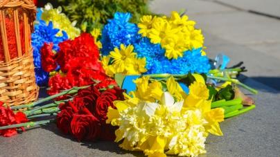 День космонавтики у Житомирі почали відзначати з покладання квітів (ФОТО)