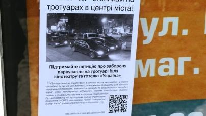 У центрі Житомира з'явилися листівки проти паркування біля кінотеатру