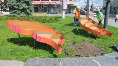 """У центрі Житомира готують нову квіткову скульптуру """"Метелик"""" (ФОТО)"""