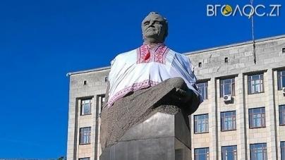 На пам'ятник Сергію Корольову у Житомирі одягли вишиванку