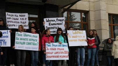 Студенти Бердичівського медколеджу зібралися під стінами облдержадміністрації з плакатами (ФОТО)