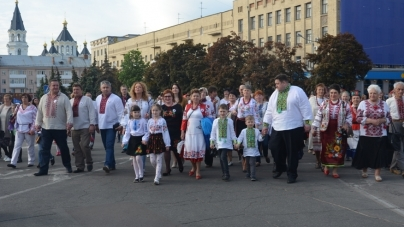 """Житомиряни пройшли вулицями міста """"вишиваною"""" ходою (ФОТО)"""