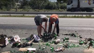 В області перекинулася фура з пивом. Місцеві жителі розібрали все, що вціліло (ВІДЕО)