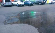 На вулиці Кочерги із-під землі забив фонтан (ВІДЕО)