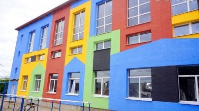 Губернатор доручив школи області фарбувати у яскраві кольори