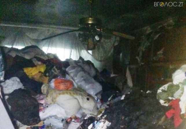 Житомир: у квартирі, яка була повністю захаращена сміттям, сталася пожежа (ФОТО)