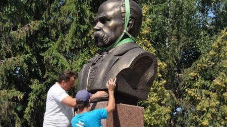 Баранівка: замість Леніна встановили погруддя Шевченка (ФОТО)