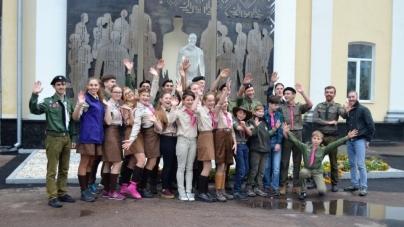Фото «скаутів» на фоні пам'ятника Небесній Сотні у Житомирі сколихнуло соцмережу