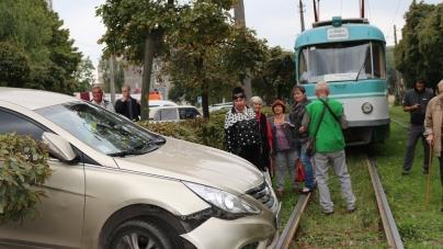 На вулиці Небесної Сотні авто виїхало на трамвайну колію і перекрило рух