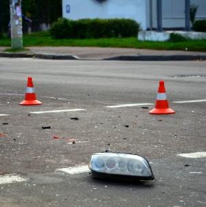 У Житомирі Лексус переїхав мотоцикліста, який впав на дорогу після зіткнення з вантажівкою