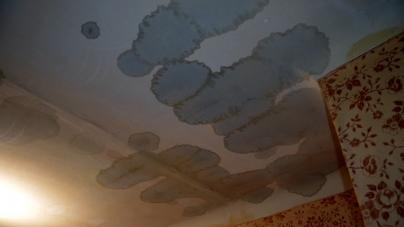 Через ремонт даху п'ятиповерхівки по майдану Короленка, квартири заливає дощем
