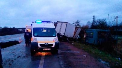У Іванівці вантажівка зіткнулася із маршруткою. Одна людина загинула (ФОТО)