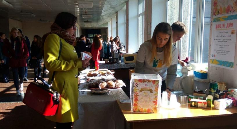 Студенти ЖДУ продавали смаколики, щоб зібрати кошти для військового госпіталю