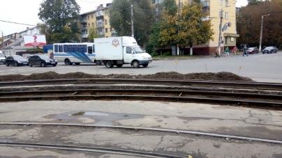 У Житомирі вже майже місяць кладуть трамвайні колії