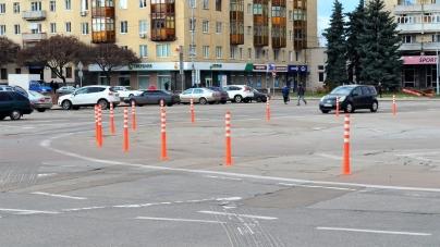 Автомобілісти знову збирають підписи, щоб повернути попередню розмітку на майдані Соборному