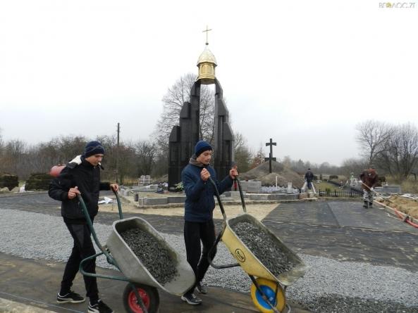 Встигнути до губернаторського дедлайну: школярі та чиновники допомагають підряднику завершити реставрацію меморіалу Героям Базару