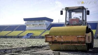 На стадіоні «Полісся» почали класти асфальт для влаштування бігових доріжок (ФОТО)