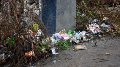 Через дорожній змет, який не прибирають, пішоходи пересуваються проїжджою частиною Промислової