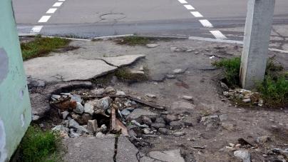 На вулиці Корольова ями по 60 см, а водії щодня міняють колеса