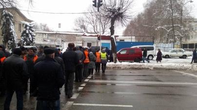 У Житомирі дорожники перекрили дорогу. Людям 5 місяців не платять зарплату (ФОТО)