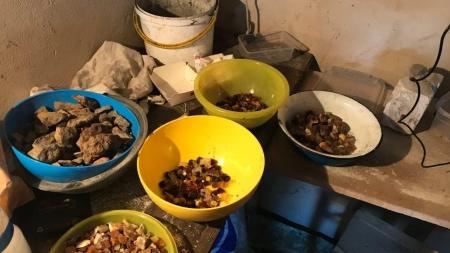 100 кілограмів бурштину та підпільний цех з його обробки виявили у житомирському гаражі (ФОТО)