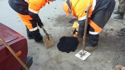 Житомирські комунальники навчаються ремонтувати асфальт «холодними сумішами» (ФОТО)