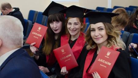 «Зимовий» випуск: в агроуніверситеті вручили 639 дипломів магістрам (ФОТО)
