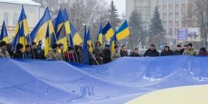 """Сотні житомирян утворили """"ланцюг єдності"""" та розгорнули прапор-гігант вздовж Михайлівської (ФОТО)"""