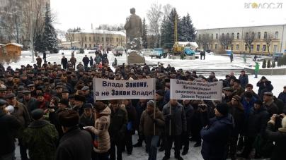 Сотні військових пенсіонерів вийшли на акцію протесту. Кажуть, «винесуть» Ширму і Гундича разом із кріслом