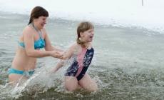 """ФОТО: як житомиряни """"купалися"""" у крижаній воді"""