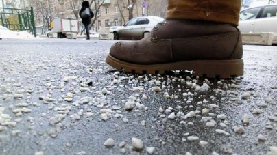 """Житомиряни скаржаться, що комунальники не """"посипають"""" тротуари та просять їх штрафувати"""