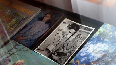Дружина художника Миколи Максименка подарувала обласному літературному музею його особисті речі та картини (ФОТО)