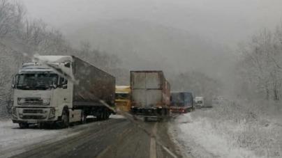 Через складні погодні умови обмежили рух на автошляхах області