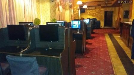 """У Житомирі """"накрили"""" три гральні заклади: вилучили гроші, 68 комп'ютерів та інше обладнання (ФОТО)"""