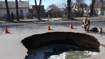На одній із вулиць Житомира на проїжджій частині утворилася величезна діра через провал асфальту