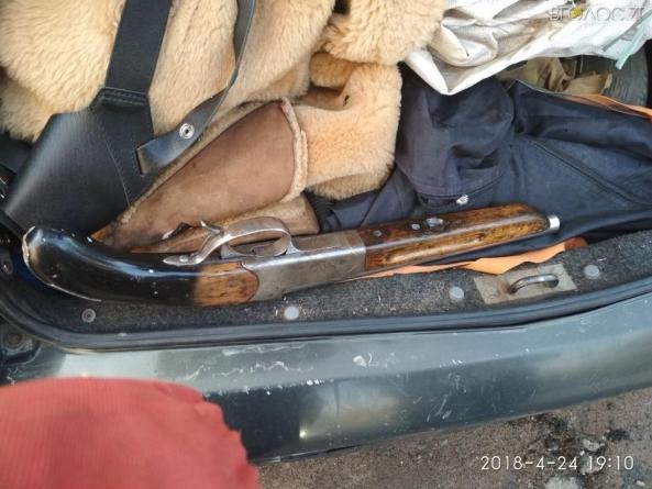 """""""Обріз"""", пістолет, гранати, набої…булава: у Житомирі в автомобілі порушника патрульні виявили  зброю (ФОТО)"""
