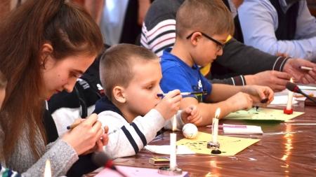 З обрядовими піснями та хороводами у Житомирі відбувся майстер-клас з розпису писанки