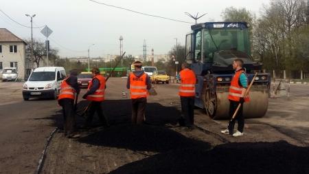 Дорожники показали, як роблять ямковий ремонт на автошляхах області. Кажуть, що дива не буде