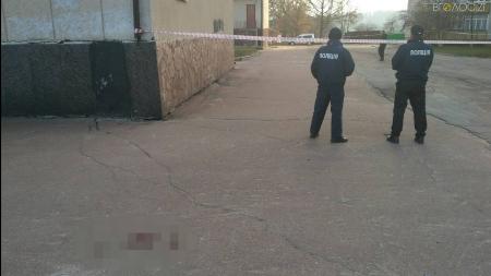Стрілянина у центрі Новограда: невідомий у балаклаві стріляв у підприємця