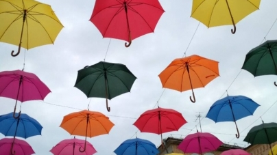 Житомирські комунальники прикрасили Михайлівську кольоровими парасольками (ФОТО)