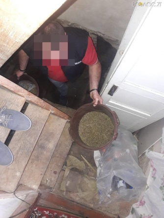 Житомирщина: затримали командира пожежної частини, який вирощував та торгував наркотиками