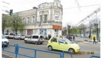 Облізлі стіни з рекламою партії… Житомиряни просять відремонтувати будинок навпроти міськради