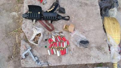 На Житомирщині поліцейські за декілька днів вилучили гвинтівку, самопал, набої та майже кілограм пороху (ФОТО)