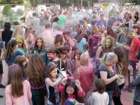 Як у Новограді «билися» кольоровими фарбами (ФОТО)